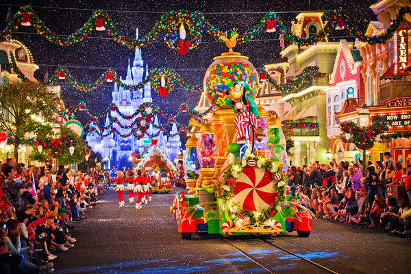 Desfile de natal no Magic Kingdom. Fonte: Disney Tourist Blog